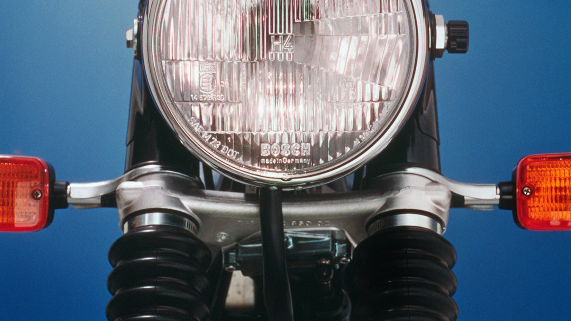 1977 год – первая система предупреждающих сигналов для мотоциклов