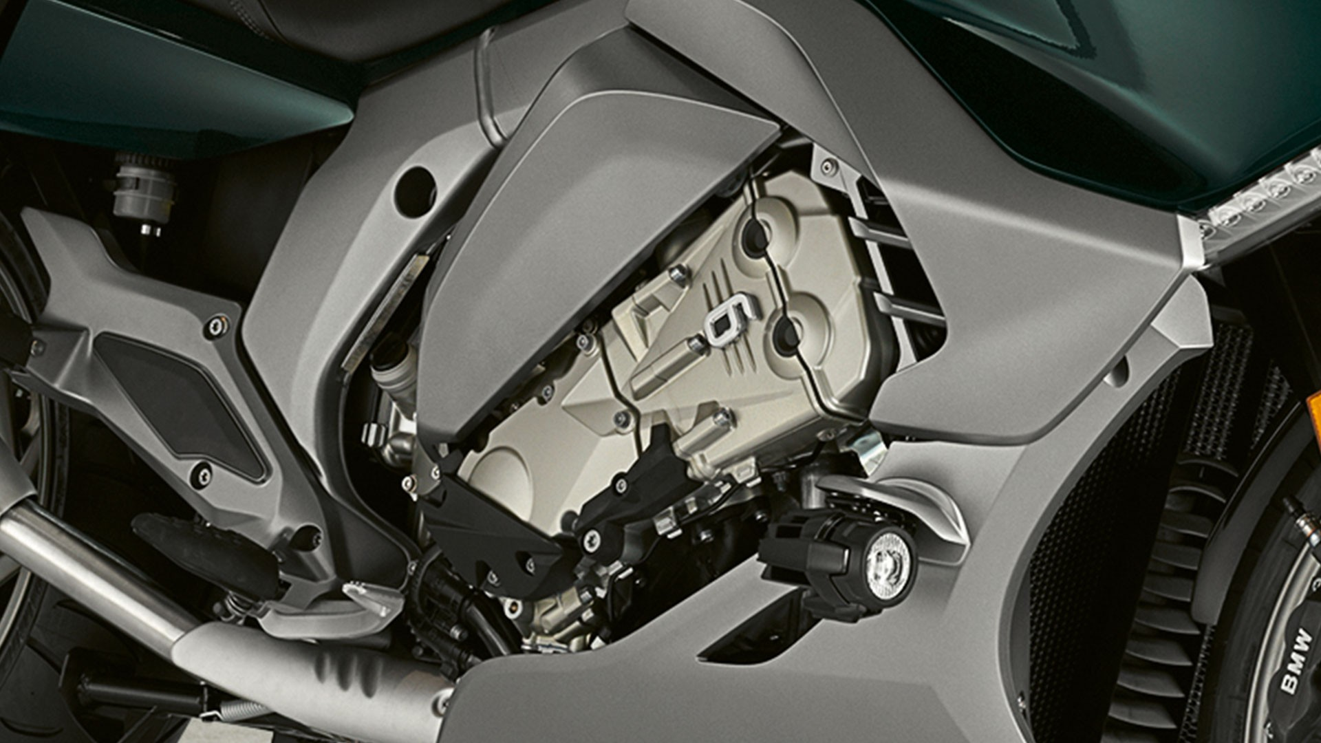 Шестицилиндровый рядный двигатель.