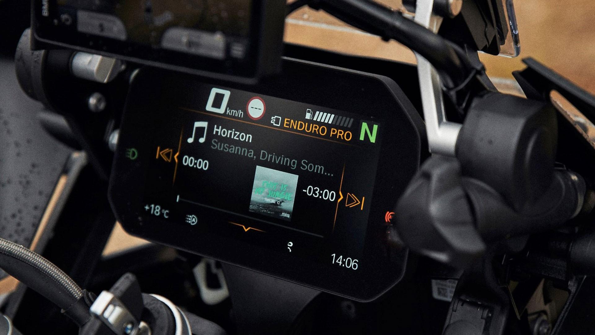 Приладова панель Connectivity з кольоровим дисплеєм високого дозволу.